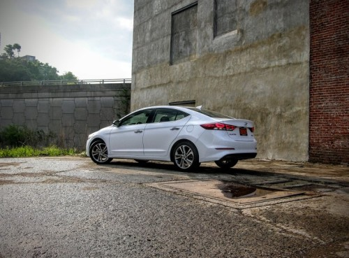 2017 Hyundai Elantra Review: The Tech-Heavy Korean Luxo-Compact