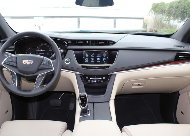 2017-cadillac-xt5-interior-center-800×533-c