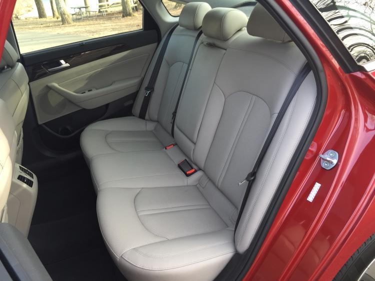 2016-hyundai-sonata-hybrid-backseat