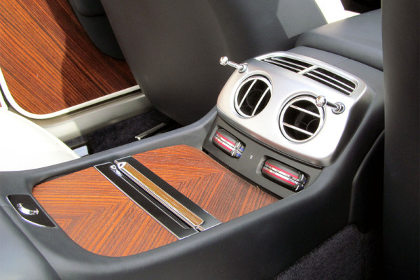 2016-rolls-royce-dawn-back-console-800×533-c
