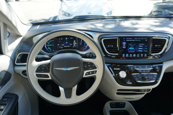 2017-chrysler-pacifica-hybrid-drivers-970×647-c