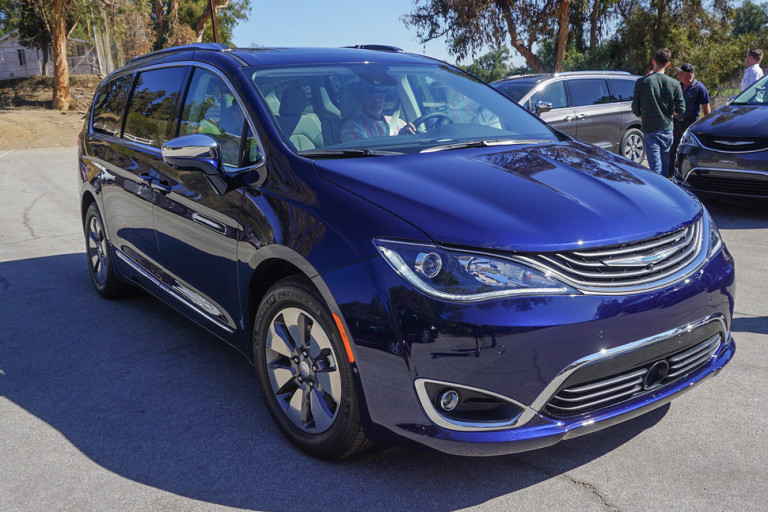 2017 chrysler pacifica hybrid first drive gearopen. Black Bedroom Furniture Sets. Home Design Ideas