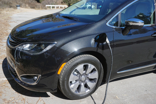 2017-chrysler-pacifica-hybrid-front-angle-970×647-c