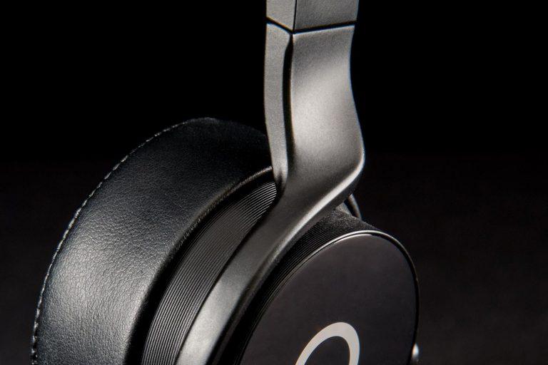 muzik-headphones-armtwist-1500x1000
