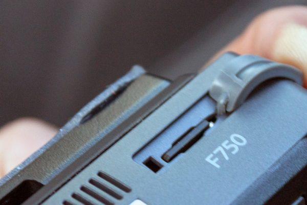 thinkware-f750-dashcam-cardslot-800×533-c