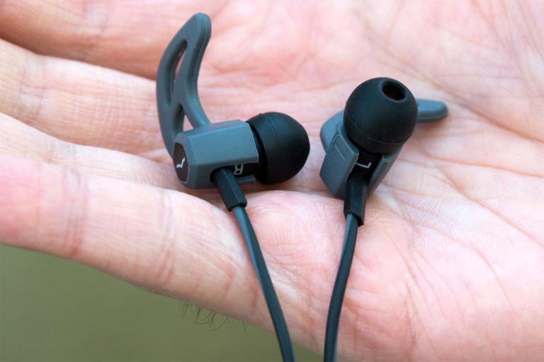 v-moda-forza-earbuds-inhand1-800x533-c