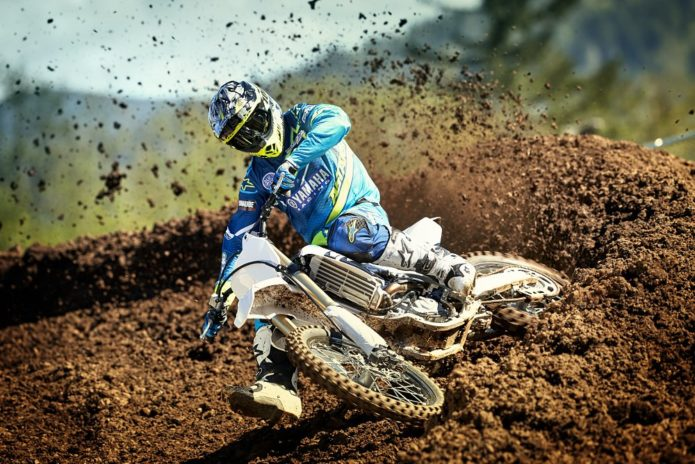 18_YZ450F_White_Action01_0334
