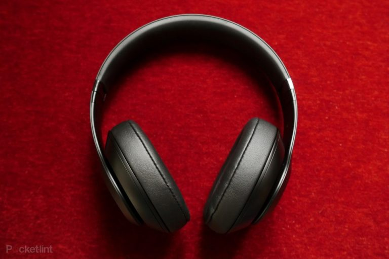 142148-headphones-hands-on-beats-studio-3-wireless-preview-image5-e7se2msj9d
