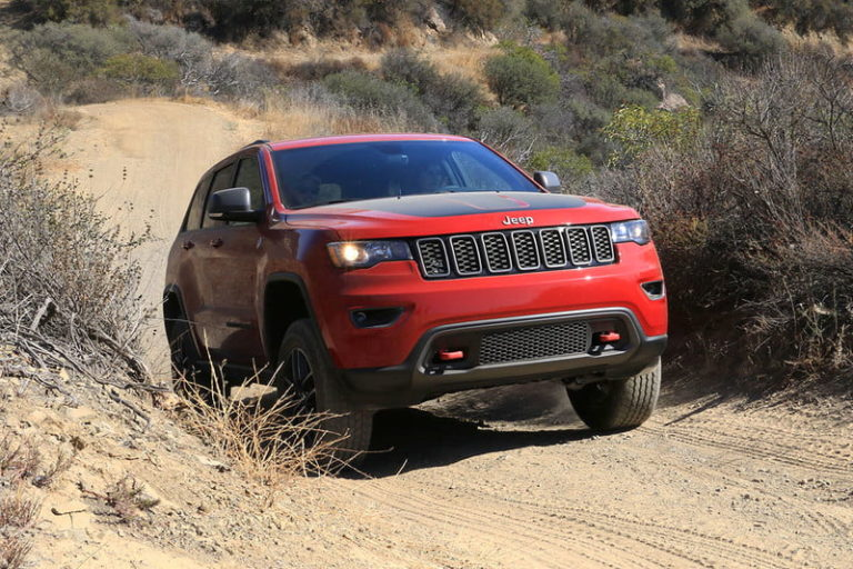 2017-jeep-grand-cherokee-trailhawk-front-angle-3-800x533-c