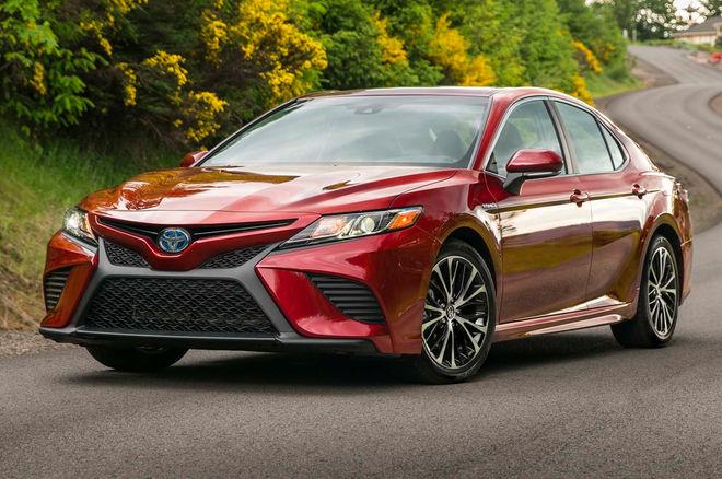 2018-Toyota-Camry-Hybrid-SE-front-three-quarters-e1497888770962