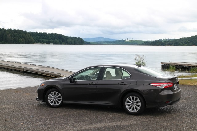 2018-toyota-camry-hybrid-le-willamette-valley-oregon-june-2017_100610823_m