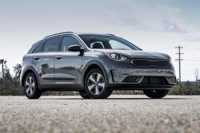 2017-Kia-Niro-LX-hybrid-front-three-quarter-02
