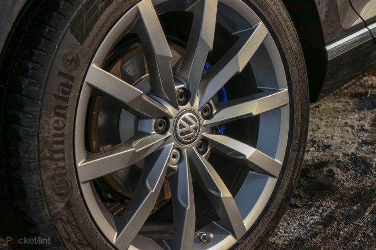 144132-cars-review-volkswagen-passat-gte---details-image1-a8yos2krpv