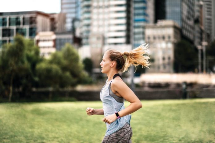 Fitbit_Charge_4_Lifestyle_Running_Sport_Berry_09-920x613