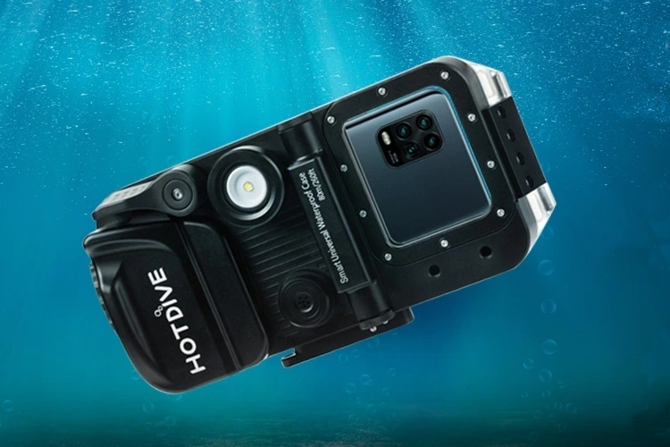 HotDive Pro Turns Your Phone Into A Dive Computer, An Underwater Camera, And A Fill Light